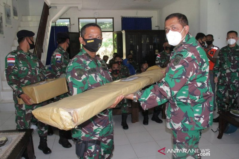 Lantamal VIII serahkan alat kesehatan ke Lanal Melonguane Talaud