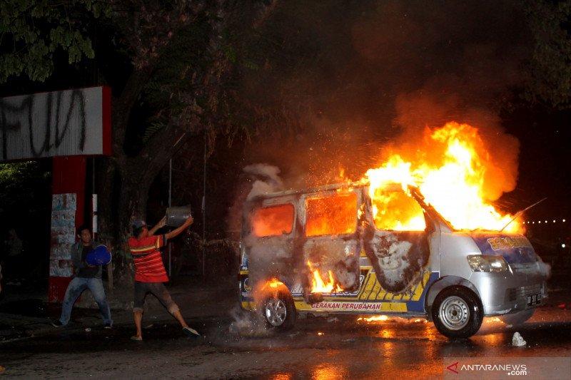 Aksi tolak UU Cipta Kerja di Makassar berakhir ricuh