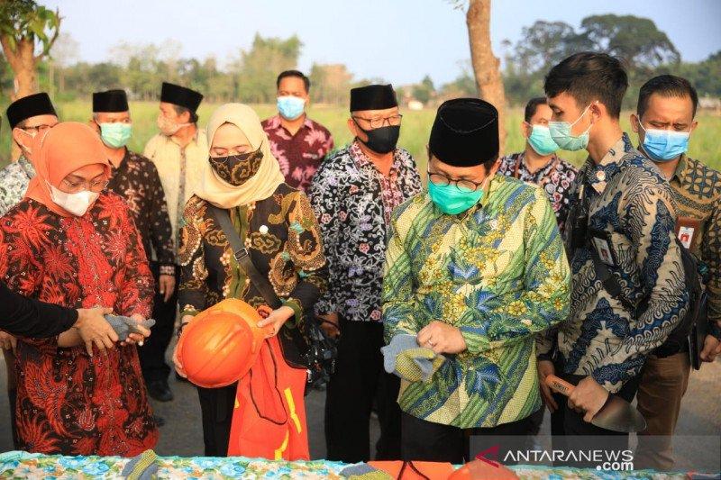 Kemendes dan Kemnaker salurkan bantuan padat karya produktif di Tuban