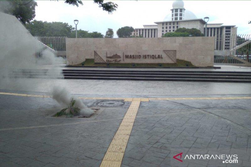 Kabel listrik terbakar, kepulan asap keluar di depan Masjid Istiqlal
