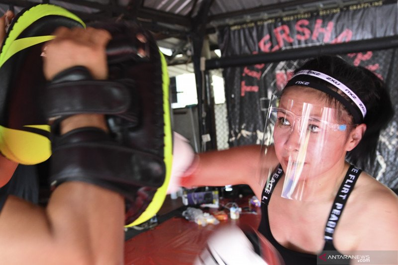 Latihan dengan protokol kesehatan di sasana mixed martial art