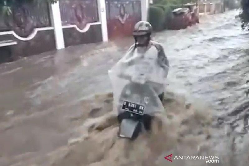 Empat titik banjir bandang di Bandung merendam rumah warga