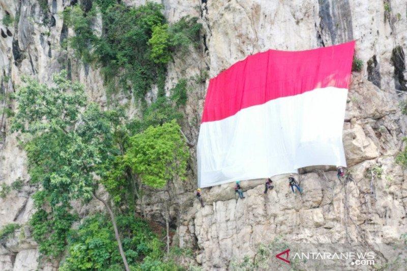 Palindo bentangkan bendera raksasa di Tebing Lidah Jeger