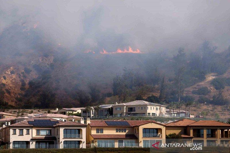 Api kebakaran hutan mulai mendekati permukiman warga di California