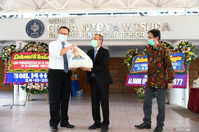 Alumni IPB University salurkan sembako bagi lingkungan kampus