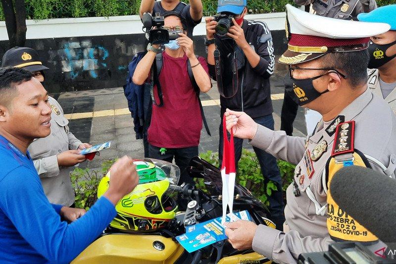 Polda Metro Jaya bagikan ribuan masker selama Operasi Zebra 2020