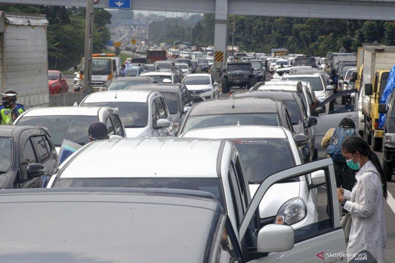 Wisatawan terjebak kemacetan saat menuju jalur Puncak di Bogor