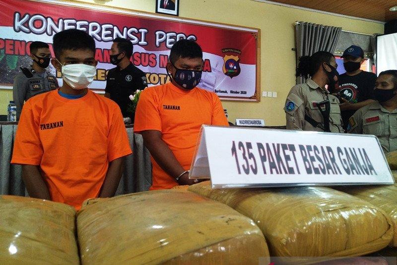 Polisi ungkap upaya peredaran tiga karung lebih ganja dan tiga paket sabu-sabu