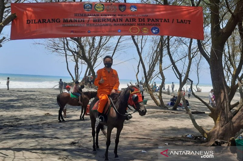 Petugas Basarnas Yogyakarta berpatroli di pantai-pantai tempat wisata