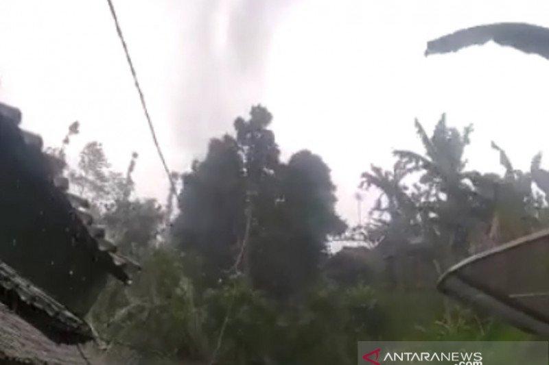 61 rumah di Kabandungan Sukabumi rusak diterjang puting beliung