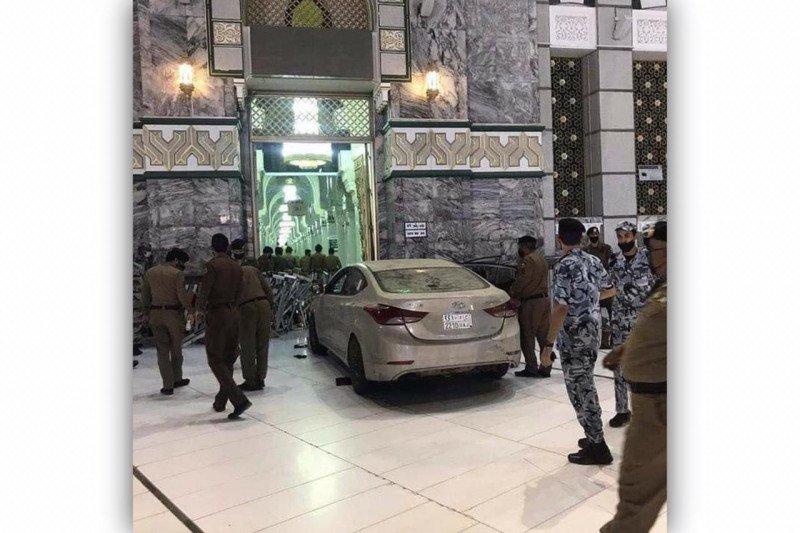 Sebuah mobil terobos masuk halaman Masjidil Haram di Makkah