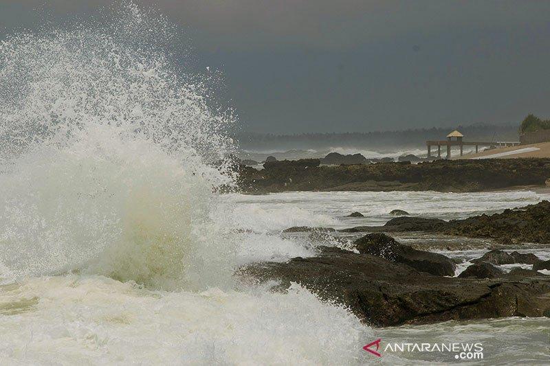 Wisatawan Pantai Pasir Putih Cihara diminta waspada gelombang tinggi