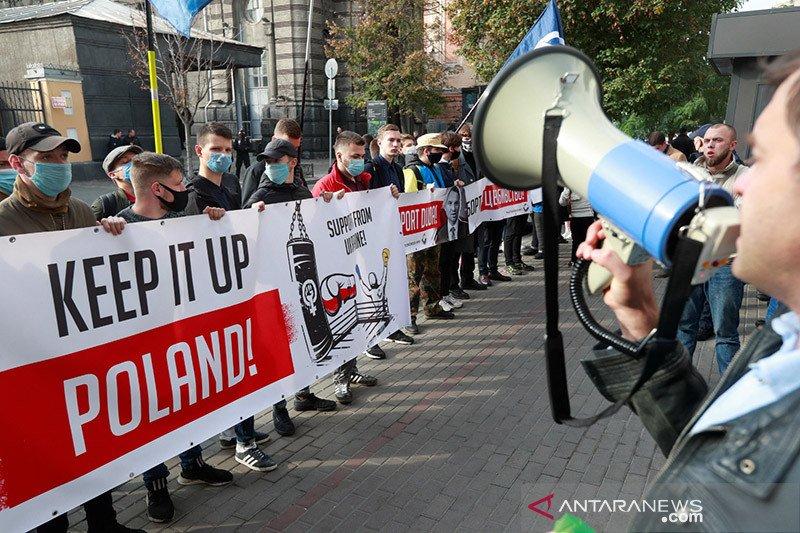 Puluhan ribu protes menentang aturan aborsi di Polandia