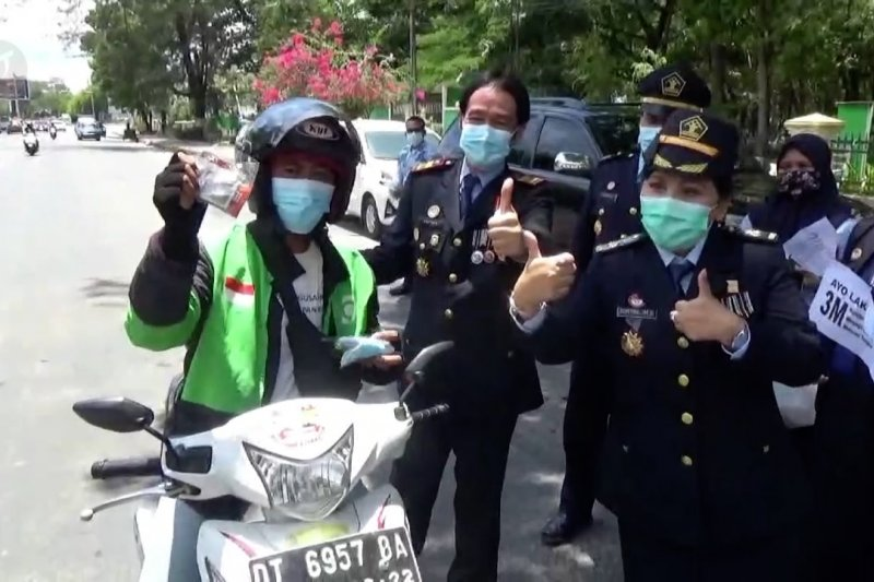 Kemenkumham Sultra bagikan ribuan masker untuk warga
