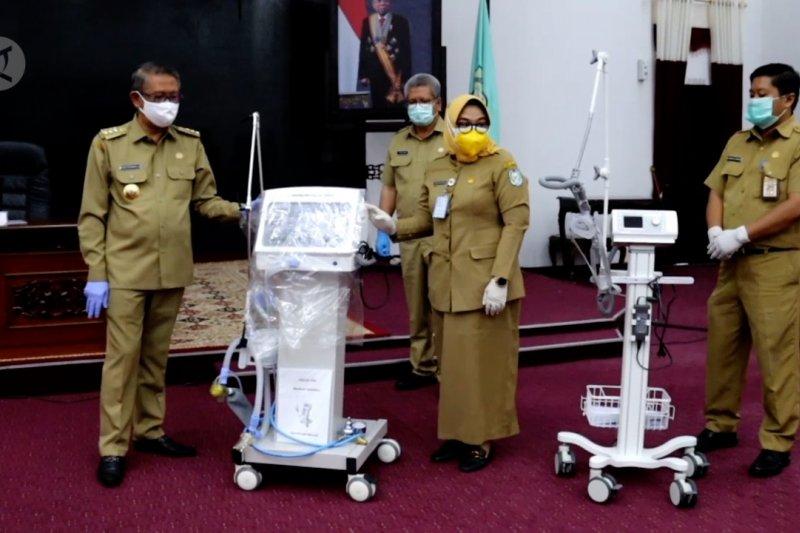 Pemprov Kalbar serahkan bantuan 21 unit ventilator untuk 10 RSUD