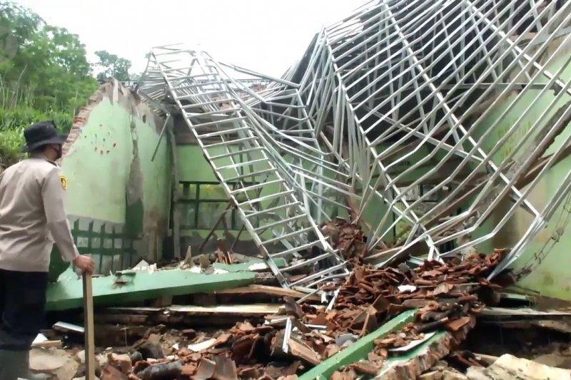 Banjir bandang robohkan bangunan sekolah di Jember