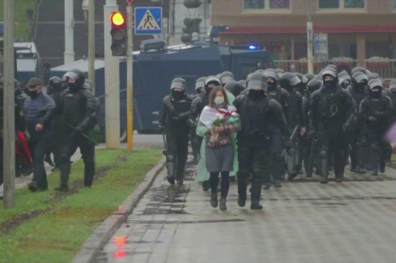 Polisi Minsk bubarkan demonstran dengan meriam air dan granat kejut