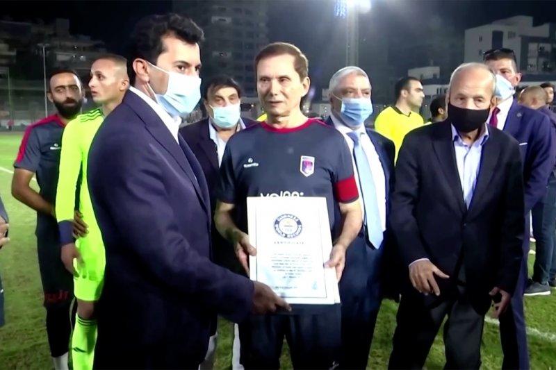 Ezzeldin Bahader, pesepakbola profesional tertua di dunia