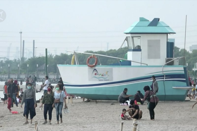 Libur panjang, Pantai Ancol diserbu warga
