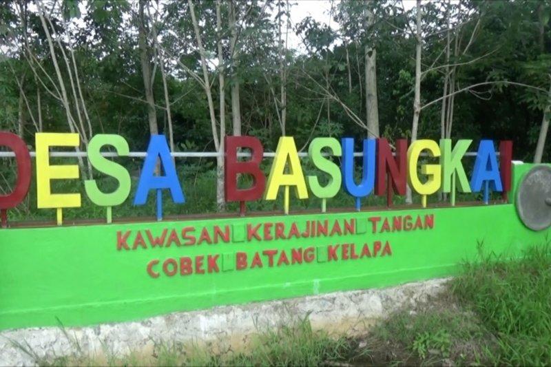 Desa Basungkai sentra pengrajin cobek dari batang pohon kelapa