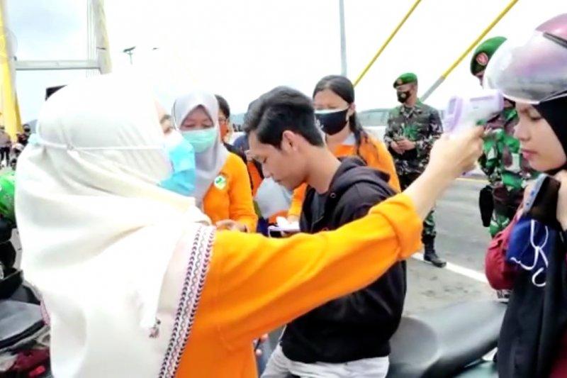 Petugas gabungan lakukan operasi yustisi di Jembatan Teluk Kendari