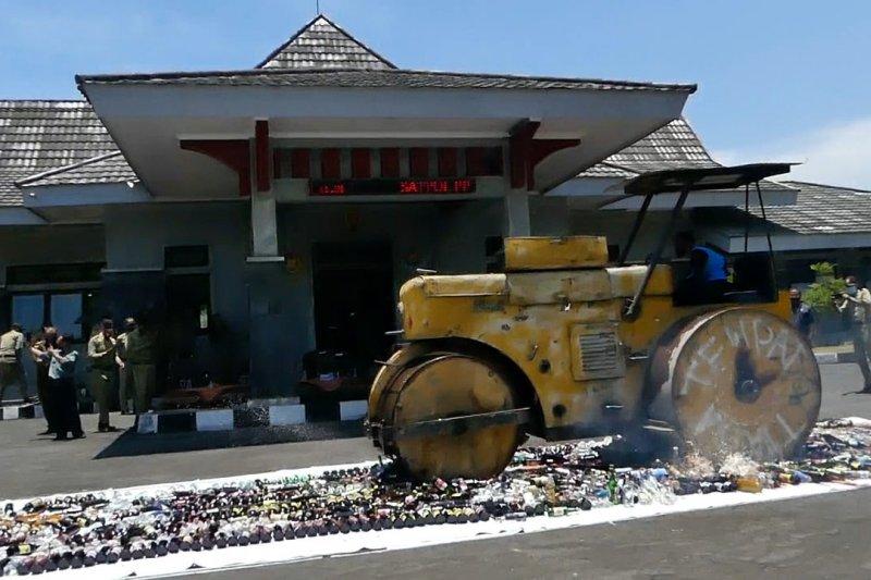 Dinas Satpol PP Temanggung musnahkan 1.226 botol miras