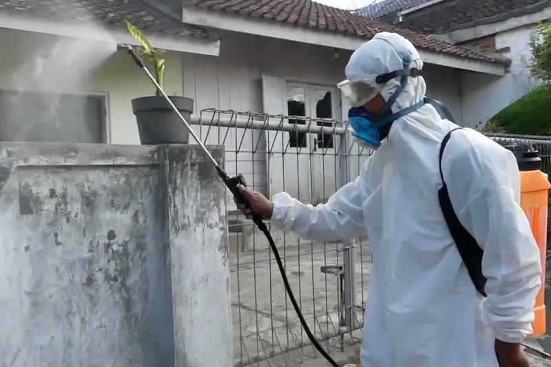 Petugas semprot disinfektan di klaster baru COVID-19 Temanggung