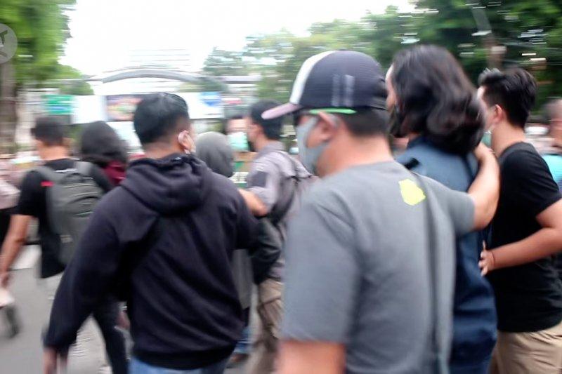 Polisi Surabaya amankan 169 pemuda di tengah aksi tolak UU Cipta Kerja