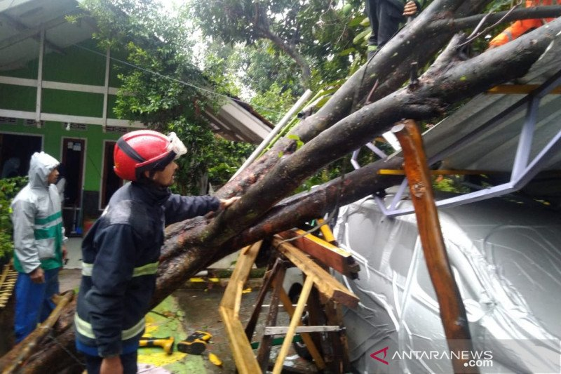 Puluhan rumah di Cicalengka Bandung rusak diterpa angin kencang