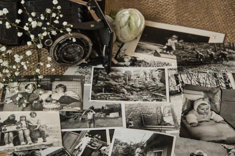 Melihat foto-foto lama bisa buat bahagia, kata psikolog