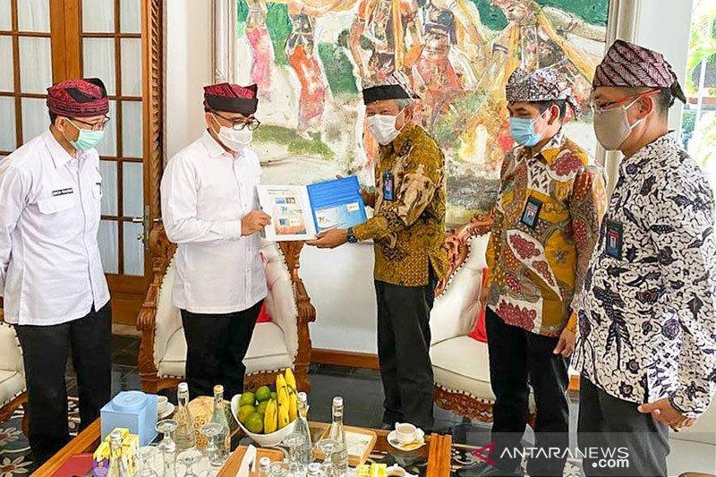 PLN Jatim beri penghargaan Bupati Banyuwangi Abdullah Azwar Anas