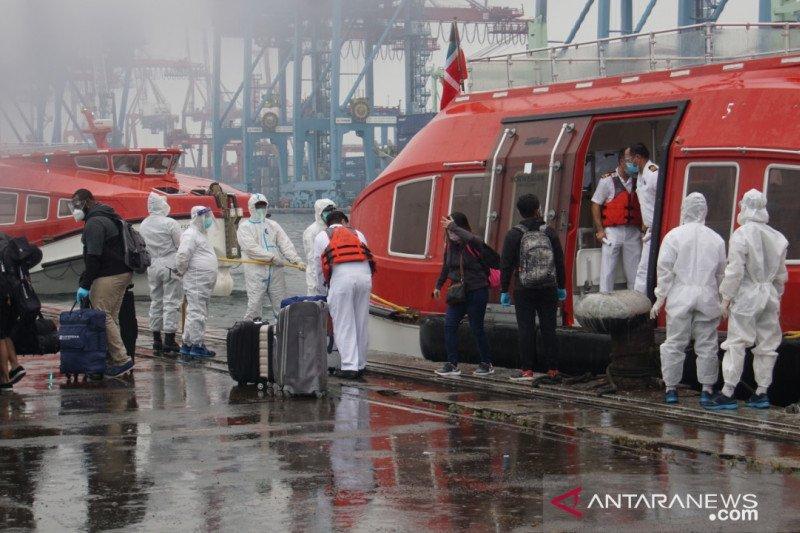 16 ABK MV Norwegian Escape dievakuasi menuju Hotel Mercure Batavia