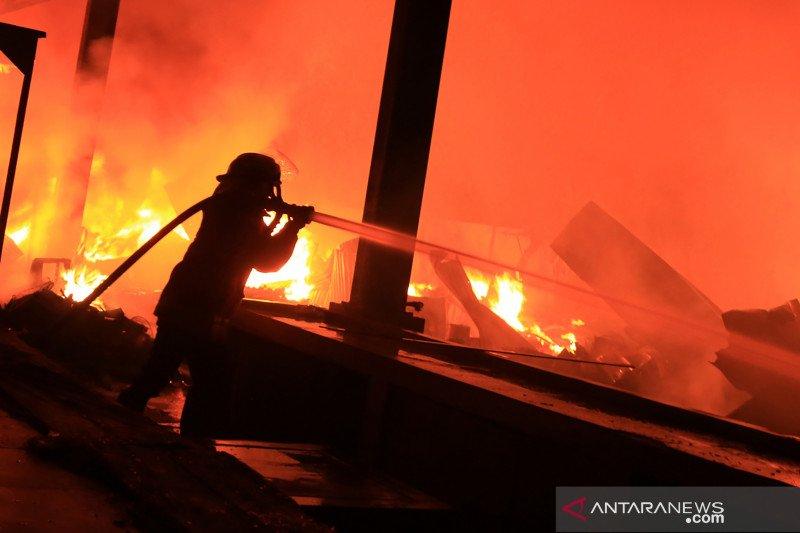 Kebakaran pasar loak di Pasuruan