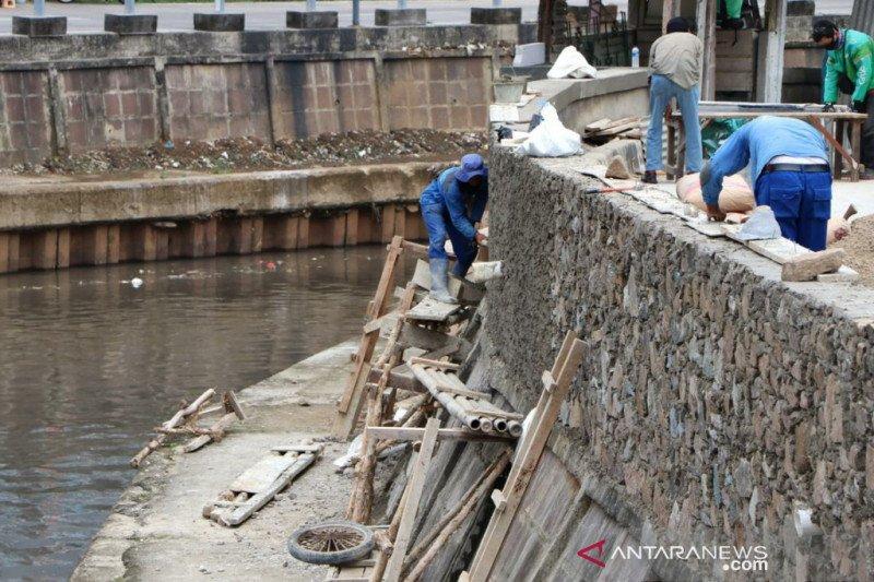 Cegah kecelakaan, tanggul Kali Ciliwung di Senen ditinggikan