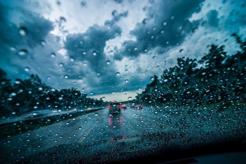 Tips aman berkendara pada musim hujan