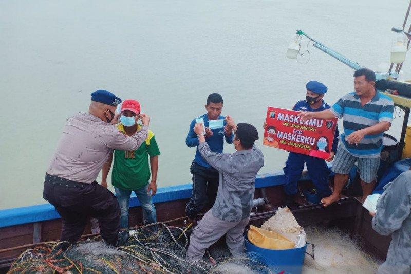 SPKKL Tanjung Balai Karimun bagikan masker ke nelayan