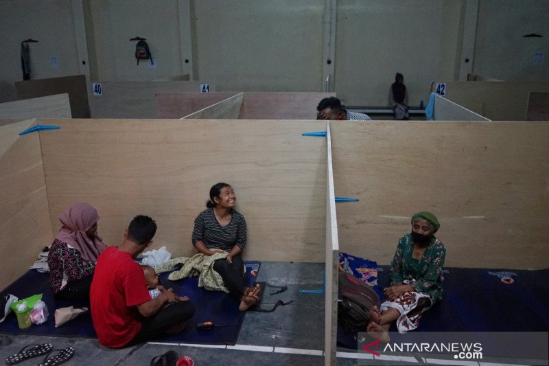Pekan ini warga sekitar Merapi mulai mengungsi, Sinabung erupsi lagi