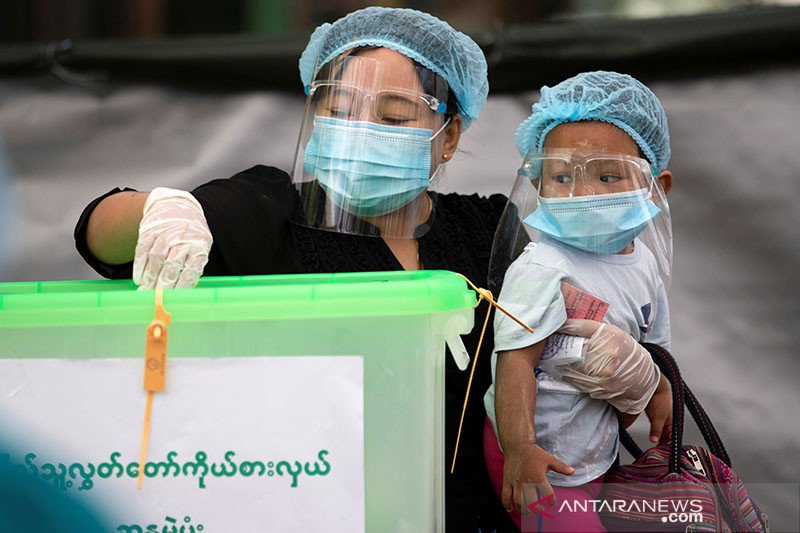 Warga Myanmar mulai mendatangi tempat pemungutan suara