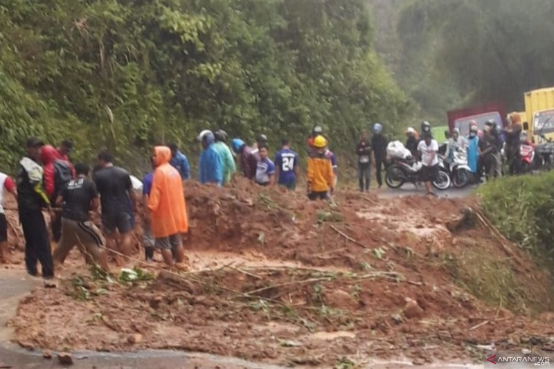 Jalur selatan Cianjur sudah dapat dilalui setelah tertutup longsor