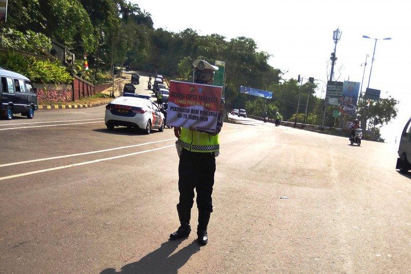 Sebagian warga Kota Jayapura heningkan cipta sejenak untuk peringati Hari Pahlawan
