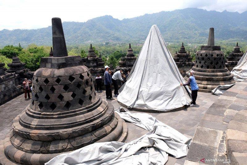 Antisipasi Merapi erupsi, stupa Candi Borobudur ditutupi terpal