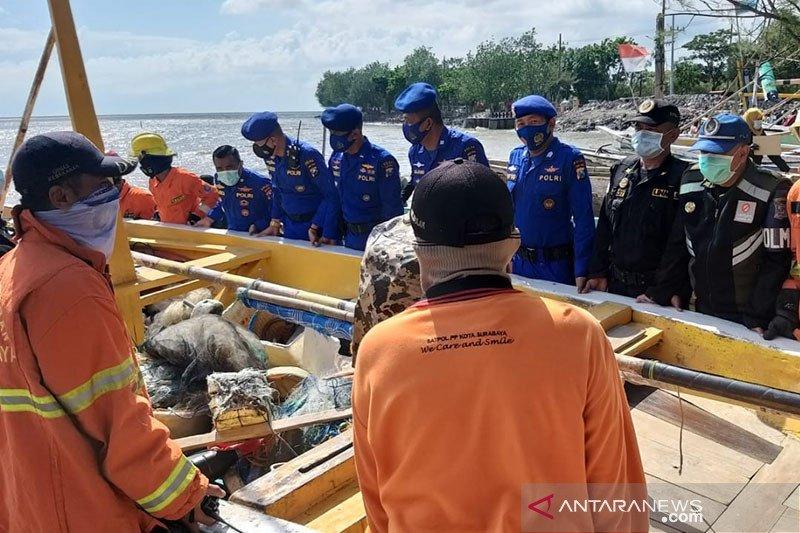 Ditpolair Polda Jatim bantu masyarakat pesisir akibat banjir rob