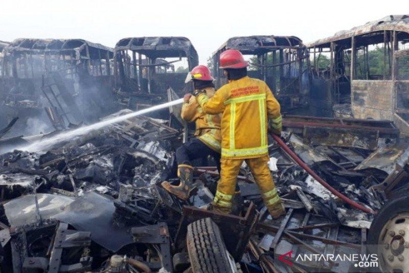 10 armada damkar padamkan puluhan bus Transjakarta di Bogor