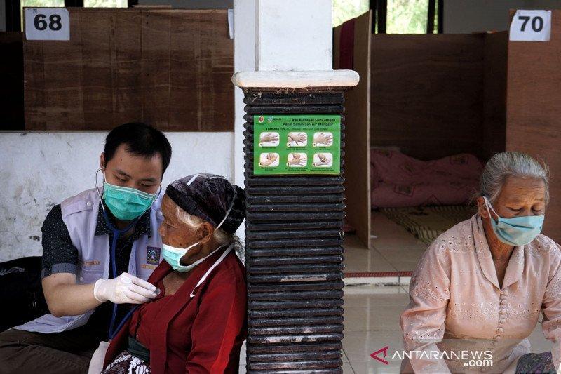 Pemeriksaan kesehatan pengungsi Merapi