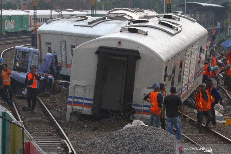 Gerbong kereta tak berlokomotif meluncur dan anjlok di Malang