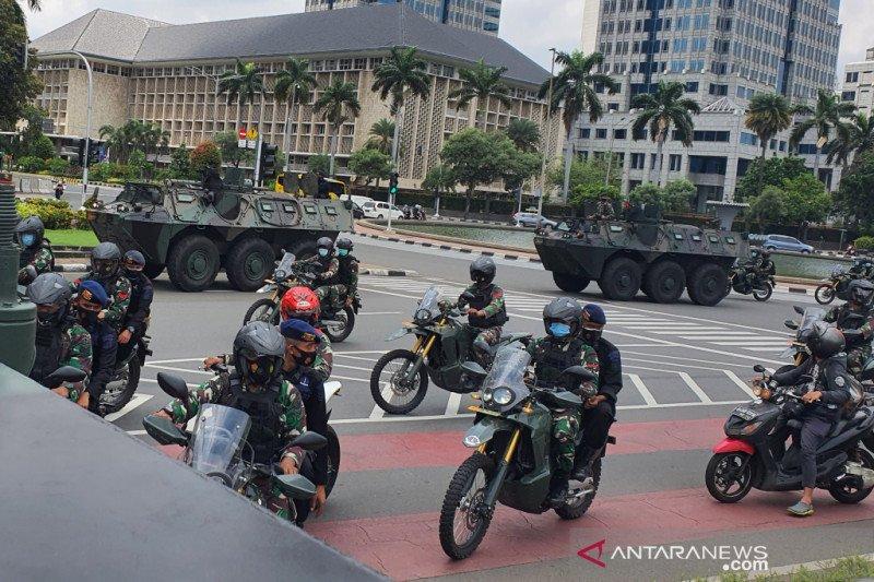 Petugas gabungan tertibkan baliho tak berizin di Ibu Kota