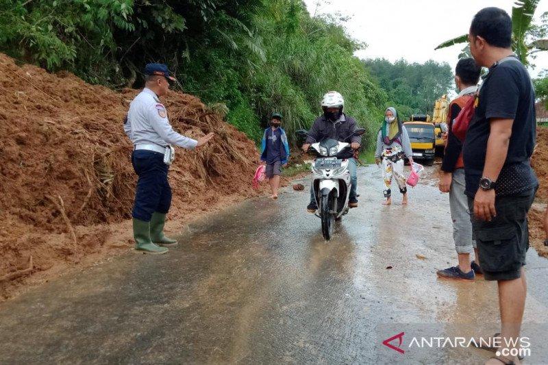 Petugas gabungan BPBD Cianjur membuka jalur tertutup longsor
