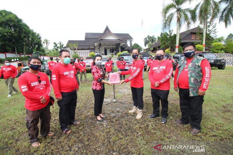 Klub Jip Landak salurkan bantuan masker dan vitamin ke pedalaman