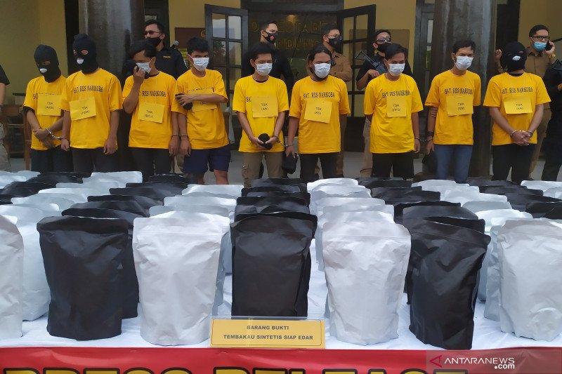 Polisi Bandung ungkap kemasan 150 kg tembakau sintetis siap edar