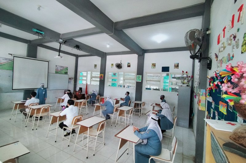 Sekolah tatap muka siswa SMP di Surabaya dimulai awal Desember